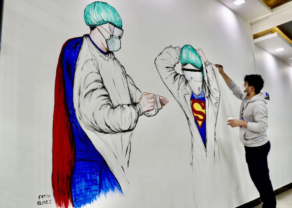 Tıp öğrencimiz Koronavirüs Mücadelesini Hastanemiz Duvarına Resmetti